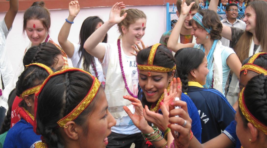 Jóvenes voluntarios celebrando su último día en su voluntariado para jóvenes en verano en Nepal.